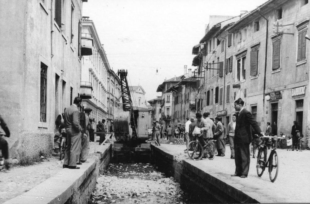 L'infelice copertura della roggia in via Grazzano